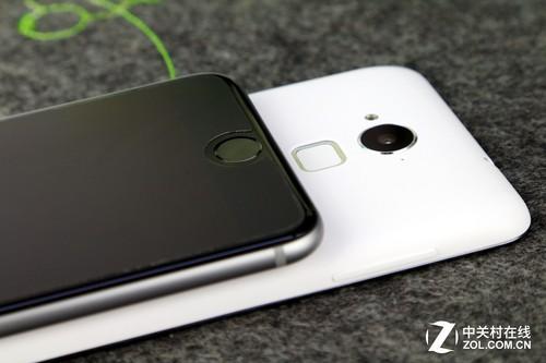 像我们上班的指纹打卡机,一般用的是光学式,而iPhone 6 Plus指纹识别的关键就在于Home键上的金属环,也就是收购自Authentec公司的技术,它其实采用的是电容式技术的原理,即通过给手指皮肤带电之后,检测出指纹的纹路(指纹的谷和脊的距离差导致阵列中的不同电容上出现差异)。