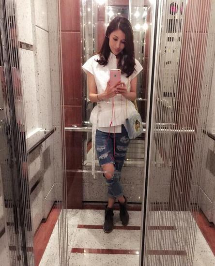 偷拍自拍合集年度_李嘉欣爱美电梯自拍 腰细腿长讨厌高跟鞋