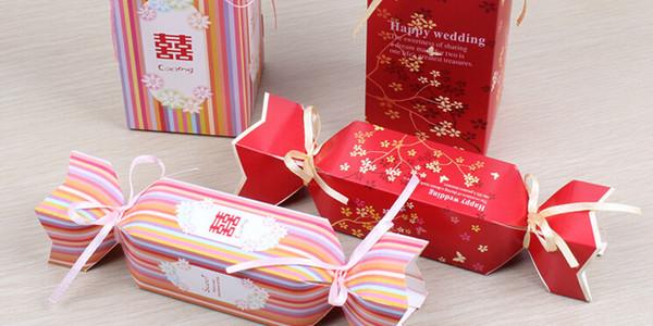 大糖果喜糖盒 最新创意喜糖盒吉他形状喜糖盒 相信如果是选择这款喜糖盒的新人,一定和音乐有着一定的渊源,如果不是和音乐有渊源,那就是婚礼的主题是类似的题材。相比很多人也是第一次看到这样的喜糖盒,我们可以看到盒子是用金属做成的,因此一定很牢固。客人们在享用过里面的喜糖之后,还可以将盒子留作纪念,可以装一些小东西之类的,相当实用哦。