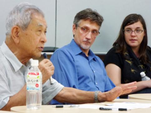 当地时间8月3日,克里夫顿・杜鲁门・丹尼尔(中)和一名广岛原子弹灾难中的幸存者(左)在日本东京大学的研讨会上。(图片来源:法新社)