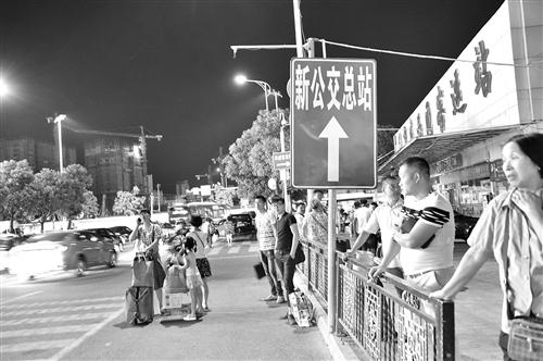 """""""……昨日下午,记者来到位于福州火车站南广场的原公交总站,仍有很多图片"""