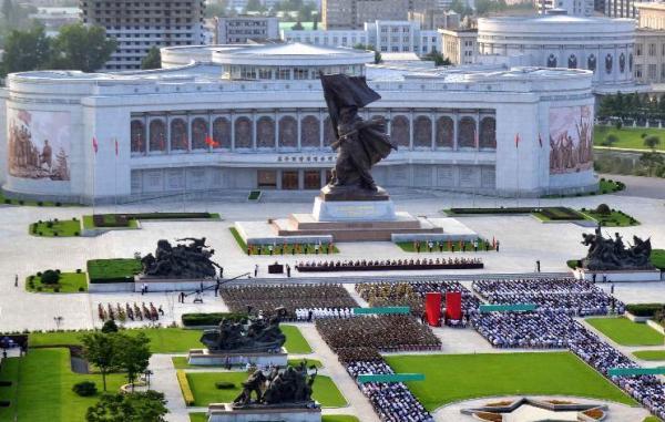 朝中社7月27日提供的照片显示,朝鲜庆祝祖国解放战争胜利62周年中央报告大会26日在首都平壤祖国解放战争胜利纪念馆举行。