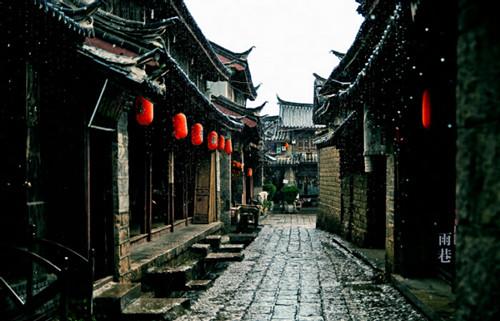 撑着油纸伞 去古镇的雨巷寻找丁香姑娘