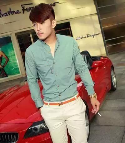 矮个子男生穿衣搭配:修身t恤+修身休闲裤