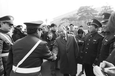 1996年,尉健行慰问长安街交警。1995年至1997年8月尉健行兼任北京市委书记。 刘英毅/CFP