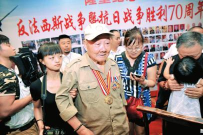 """7日上午,64名抗战老兵陆续赶来成都""""会师""""。"""