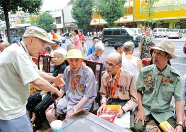 7日,抗战老兵坐在一起,回忆当年的峥嵘岁月。