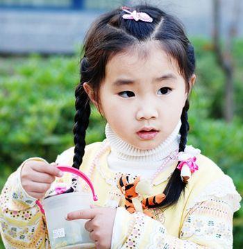 这款适合小女孩的发型扎法衬托着一股小公主的气质,中分的设计将发