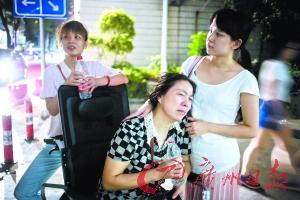 郭欢的母亲遭到白叟的阻遏后泪流不止,在现场被困近5个小时无奈分开。