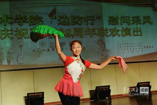 原文配图:解放军艺术学院美女慰问云南