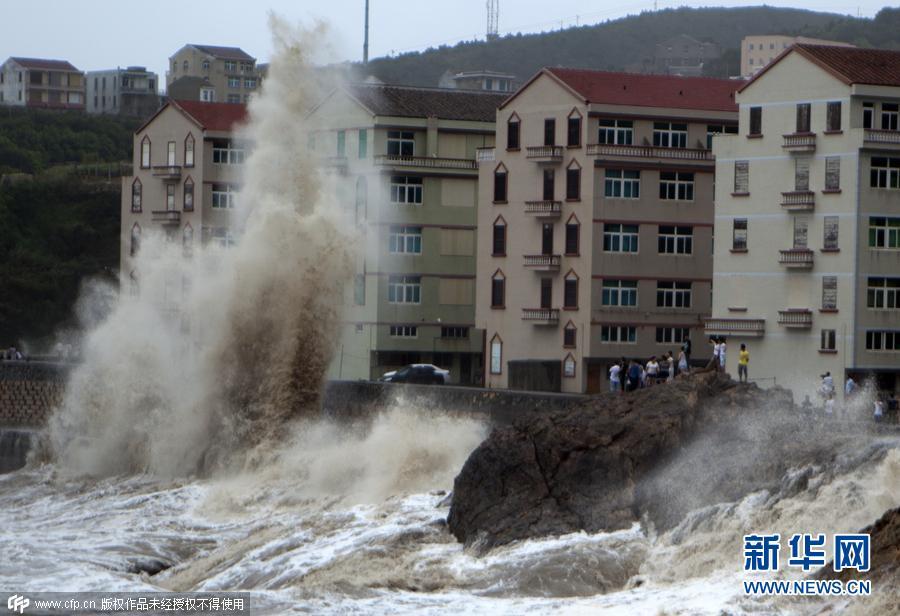 浙江台州:台风逼近掀起大浪 市民观景(组图)