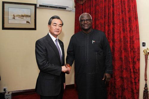 当地时间8月8日,塞拉利昂总统科罗马在弗里敦会见中国外交部长王毅。