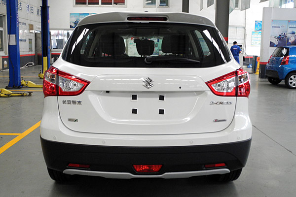 车尾造型与1.6L车型基本一致,只是标识有所区别