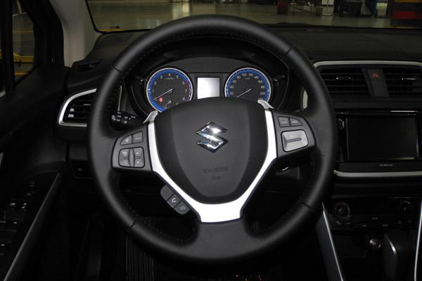 锋驭1.4T车型的真皮多功能方向盘握感舒适,自动挡车型均配备定速巡航功能
