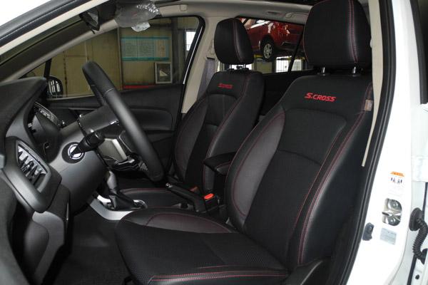 锋驭1.4T车型的黑色真皮座椅搭配红色缝线,有很强的运动气息