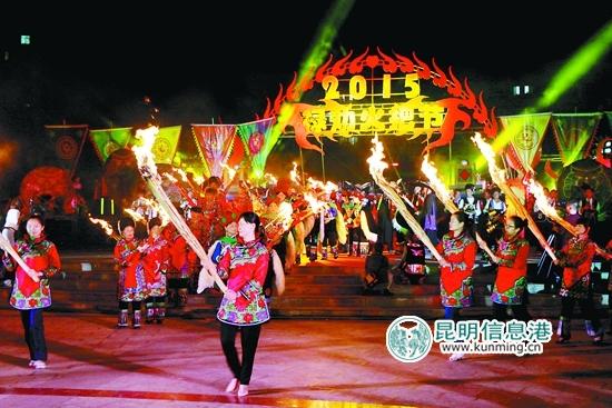 8月8日,彝族传统节日火把节恰好与赶秋场相逢,各县区彝族同胞为了祈求来年风调雨顺,自发地组织了很多丰富多彩的庆祝活动.