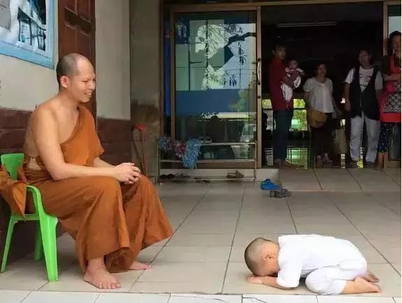 泰国超萌小和尚打坐瞌睡萌翻网友