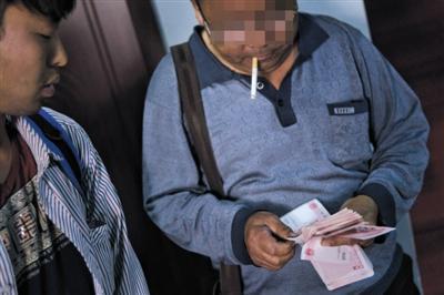 5月7日,廊坊一宾馆内,被困者挽救胜利后,老王反传团队成员收取托付人数千元用度。