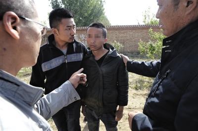 5月7日,廊坊市区,反传人士老王找到一名传销安排的职员,向他逼问传销安排线索。