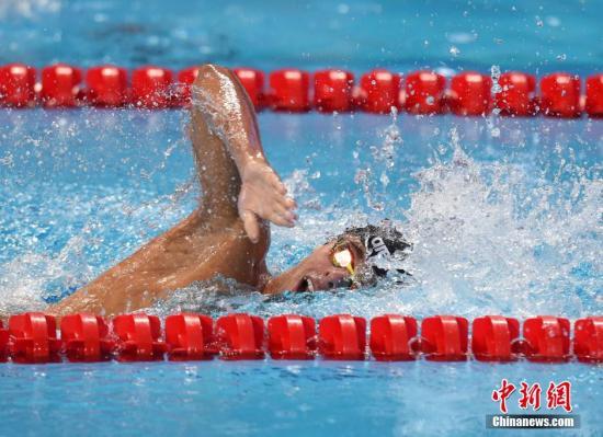 当地时间8月9日晚间,第16届国际泳联世锦赛游泳男子1500米自由泳决赛在俄罗斯喀山市举行,意大利选手帕尔特里涅利以14分39秒67的成绩获得冠军,个人第一次获得世界大赛冠军,并打破自己保持的欧洲纪录。中国选手孙杨因身体原因退赛。中新社发 侯宇 摄