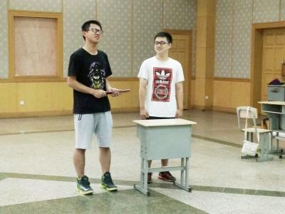 学生利用课余时间排练节目。