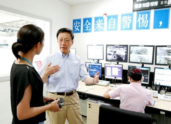 韩正在地铁16号线鹤沙航城站监控室研究。陈正宝 拍照
