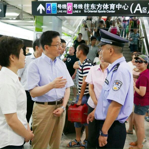 韩正研究轨道交通四线换乘的世纪小道车站。陈正宝 拍照