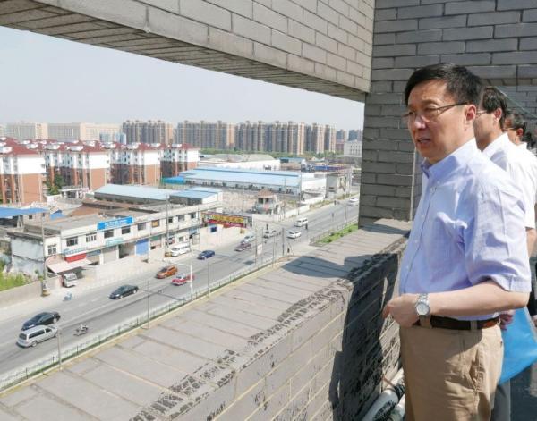 韩正在楼顶观察华江路戋戋对接断头路情况。陈正宝 拍照