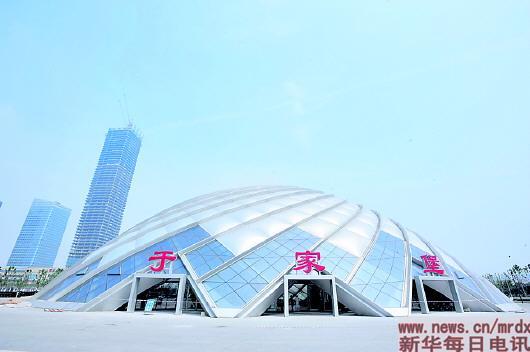 月9日在天津滨海新区拍摄的于家堡高铁站外景。