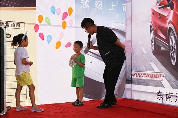 活动现场除了巨大特别优惠外,零为现场购车朋友设挑选彩气球抽奖环节。