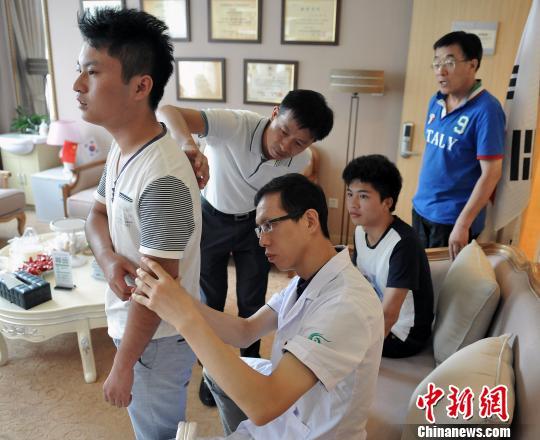 """江西少年遇砍人夺刀_最美""""夺刀少年""""上海接受疤痕修复援助(图)-搜狐新闻"""