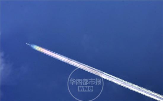 成都惊现超美航行云带划过最蓝天空