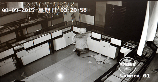 """�^巾男""破窗�M金店 37分�猖獗�I走百�f�@石�S金"