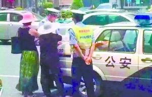 罗密斯的车被刮花,交警参加处置。(网友供图)