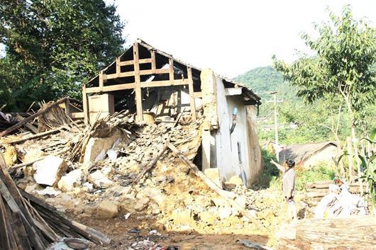 农村新报讯 司吉翠倒塌的房屋