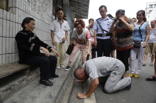 """8月11日,曾因""""成心杀人""""获刑的贵州天柱县女子杨明重获自在后叩拜母亲。 磅礴新闻记者 程艺辉 图"""