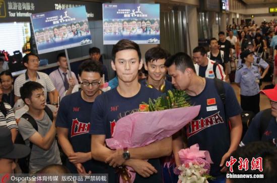 今天上午,中国国家游泳队从喀山世锦赛归来。