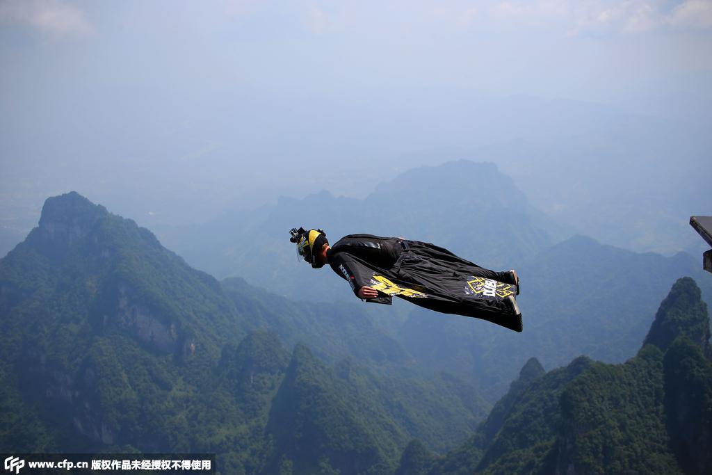 2015年8月11日,湖南张家界,翼装飞行运动员艾斯朋和高空跳伞运动员