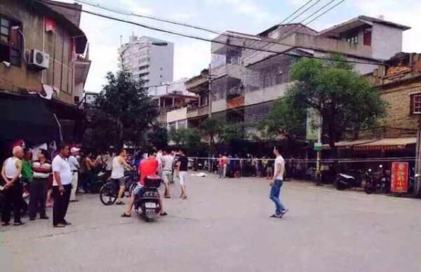 8月11日14时42分许,福建长乐市金峰镇发作一同持刀杀人案,犯法怀疑人张某官在金峰镇上持刀杀人,作案后驾御摩托车逃离现场。