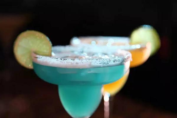 酒的名称蓝色妖姬、血腥玛丽_别急着搭讪,先弄清楚她喝什么鸡尾酒-搜狐