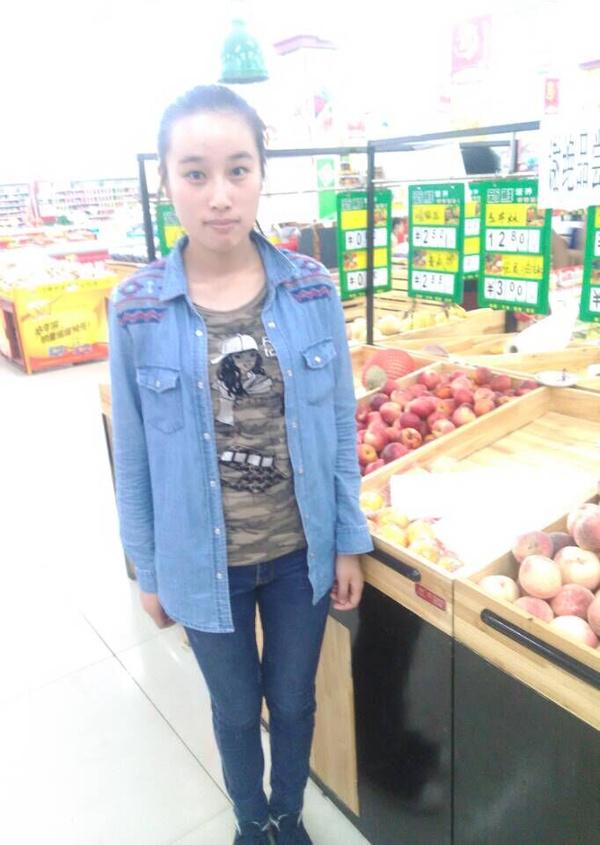 水果区售货员告诉他们,那些盒装的水果都是每天早上超市营业的时候切图片