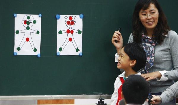 由上海理工大学附小自主开发的校本课程《男孩女孩》于2011年正式使用