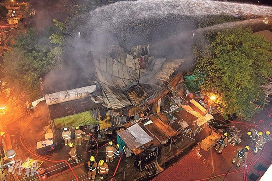 村内一间商店首先起火,波及邻近数间铁皮屋,火舌及浓烟一度冲上10多米半空。《明报》
