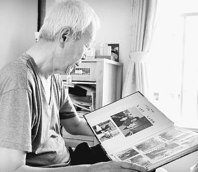 小道武司正在翻看国野生爸爸妈妈的相片。