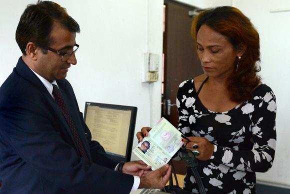 Manoj Shahi领取尼泊尔第一本第三性别护照。图片来源:网络