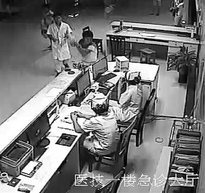 患者家属举起呼叫器砸向护士(视频截图) 南国都市报记者王渝 摄