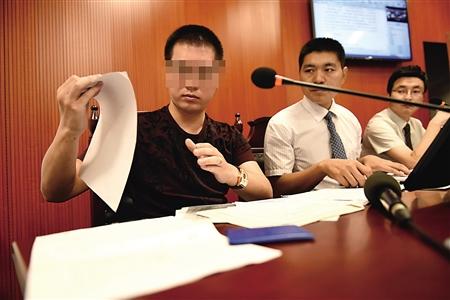 昨日,龚先生(左)在庭审现场。渝北区法院供图