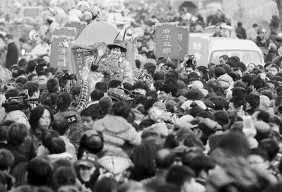 大陆一户农民举办的传统婚礼,吸引了许多乡亲前来观看,唤起人们对传统婚礼的记忆。(资料图片)
