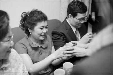 在台北举行的一个婚礼上,新娘按传统习俗向公婆敬茶,以此表示对他们的尊敬。(资料图片)