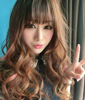 这款发型是圆脸适合的发型设计,偏分的长发烫发留出长斜刘海遮住小图片